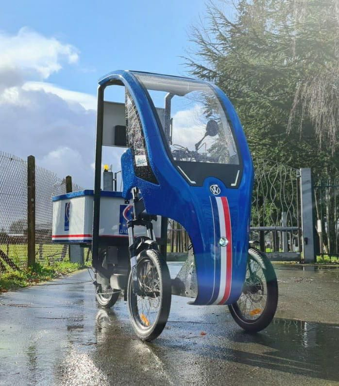 foto of Wello tricycle trike electric vehicle tilting three wheeler cabin